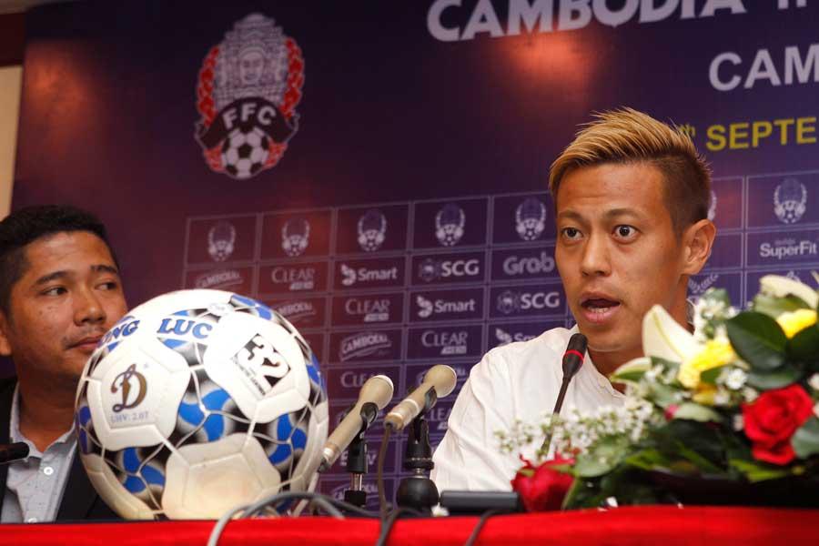 カンボジア代表のゼネラルマネージャー(GM)の肩書きで実質的な監督を務めている本田【写真:AP】