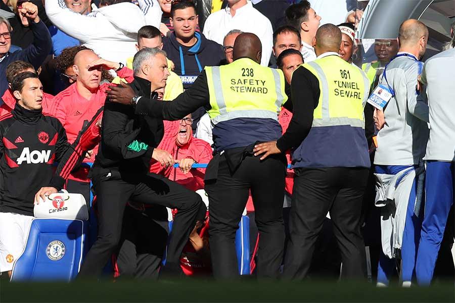 相手コーチの振る舞いに激昂するモウリーニョ監督【写真:Getty Images】