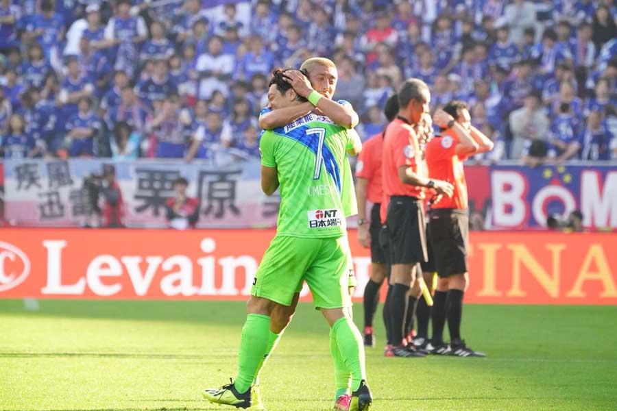 ルヴァンカップ初優勝を飾った湘南に対し、感動の声が続々と上がっている【写真:荒川祐史】