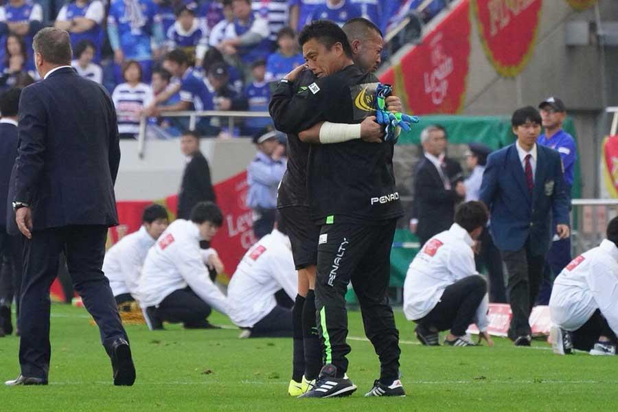 GK秋元(左)と抱擁する曺監督(右)【写真:荒川祐史】