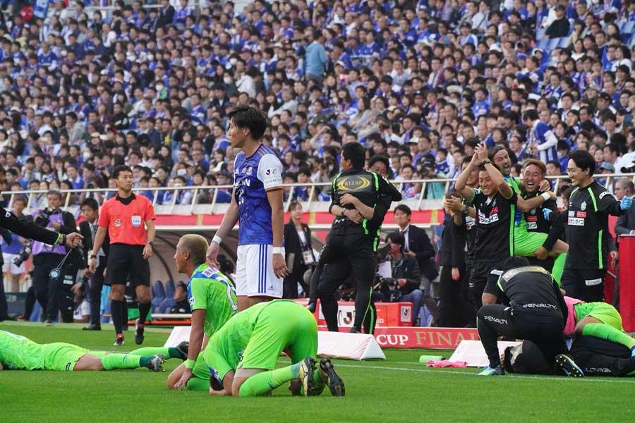 優勝が決まった瞬間、湘南の選手たちは思わずピッチに倒れ込んむ。しかし、高山は「思い出に浸るのはシーズンが終わってから」とリーグ戦へ気を引き締める。【写真:荒川祐史】