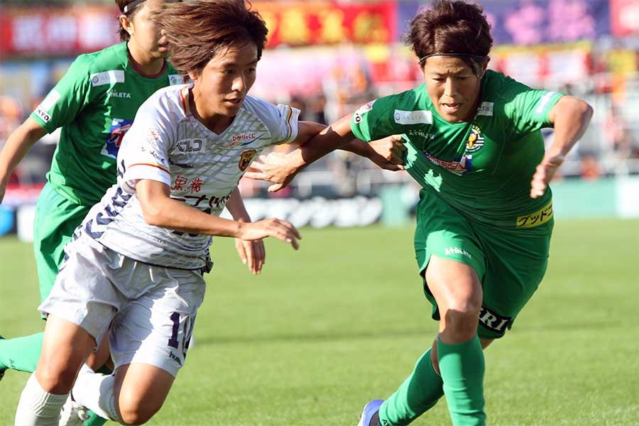 INAC神戸のFW岩渕真奈(左)【写真:Football ZONE web】