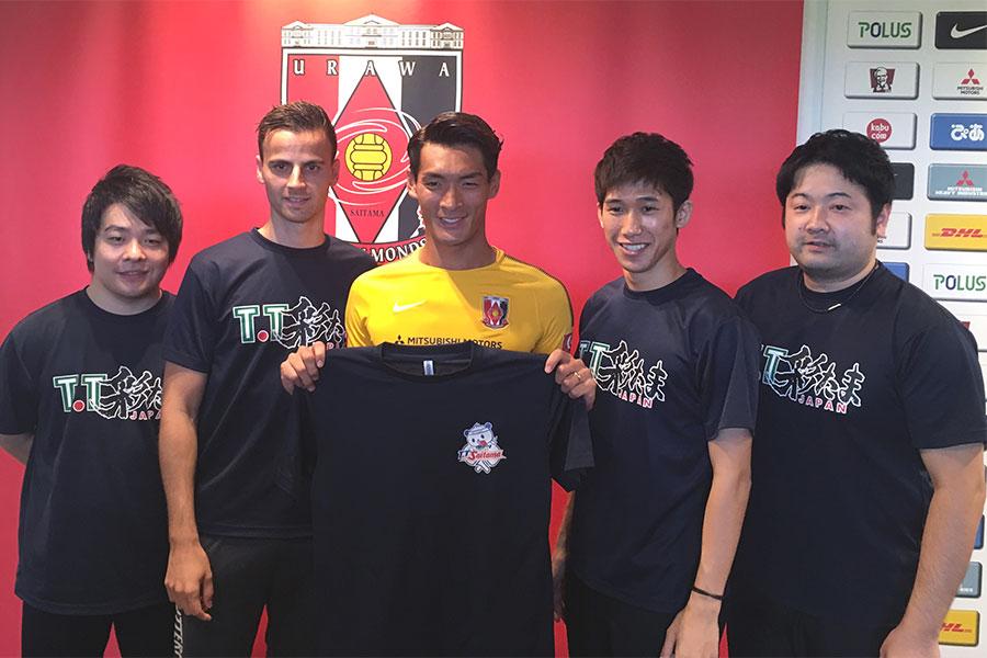 浦和DF槙野は、卓球Tリーグに参戦する同じ埼玉の「T.T彩たま」の訪問を受けた。【写真:Football ZONE web】