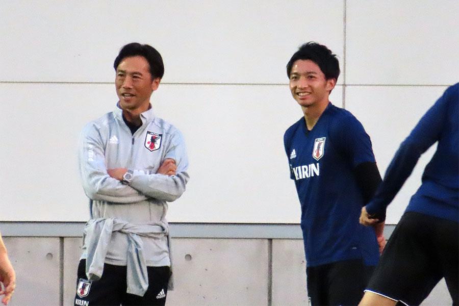 14日のトレーニング前に話し込んだ柴崎(右)と藤田氏(左)【写真:Football ZONE web】