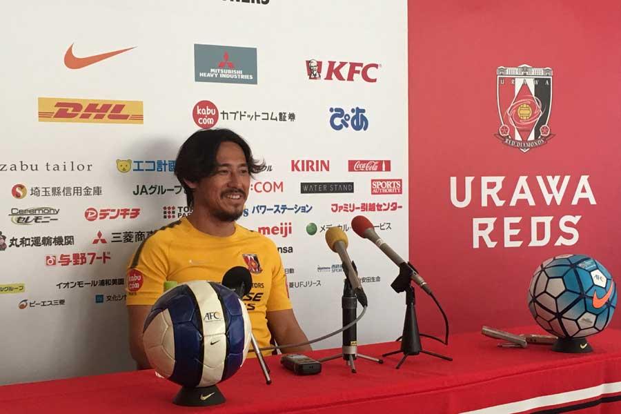 浦和レッズ一筋で17年間のキャリアを積み重ねてきたDF平川忠亮が今季限りでの現役引退を発表し、28日のトレーニング後に記者会見を行った【写真:Football ZONE web】