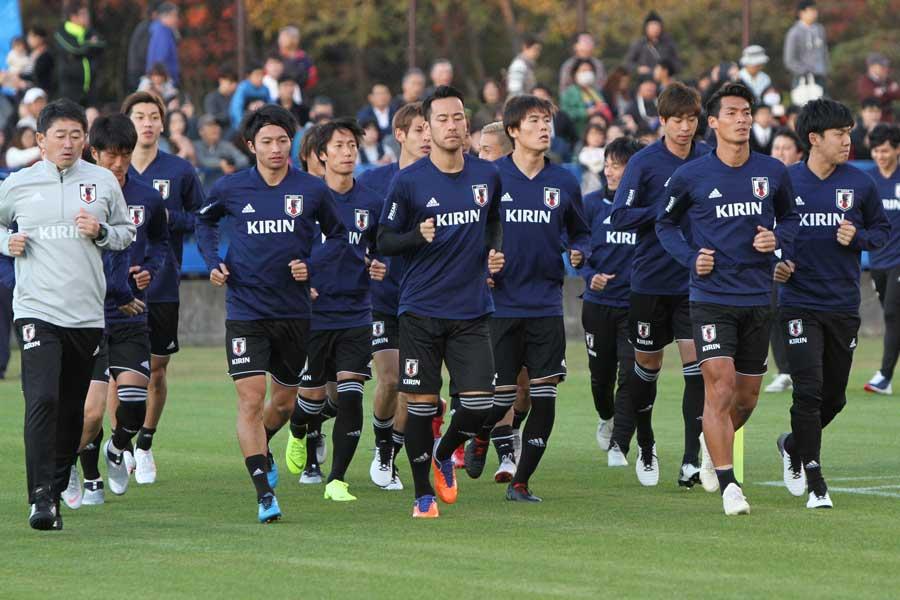 チームで2番目の年長者となったDF槙野(右から2番目)【写真:Football ZONE web】