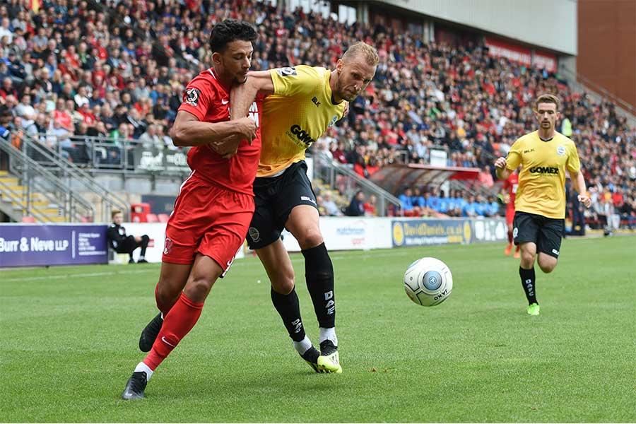 現在、英5部リーグのレイトン・オリエントFCに所属するFWマコーレー・ボン(左)【写真:Getty Images】