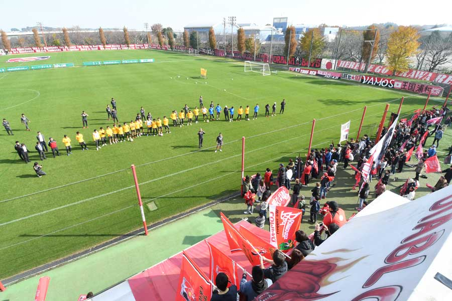 4日に行われた鹿島戦の前日練習には平日にもかかわらず、約350人のサポーターが集まった【写真提供:浦和レッズ】