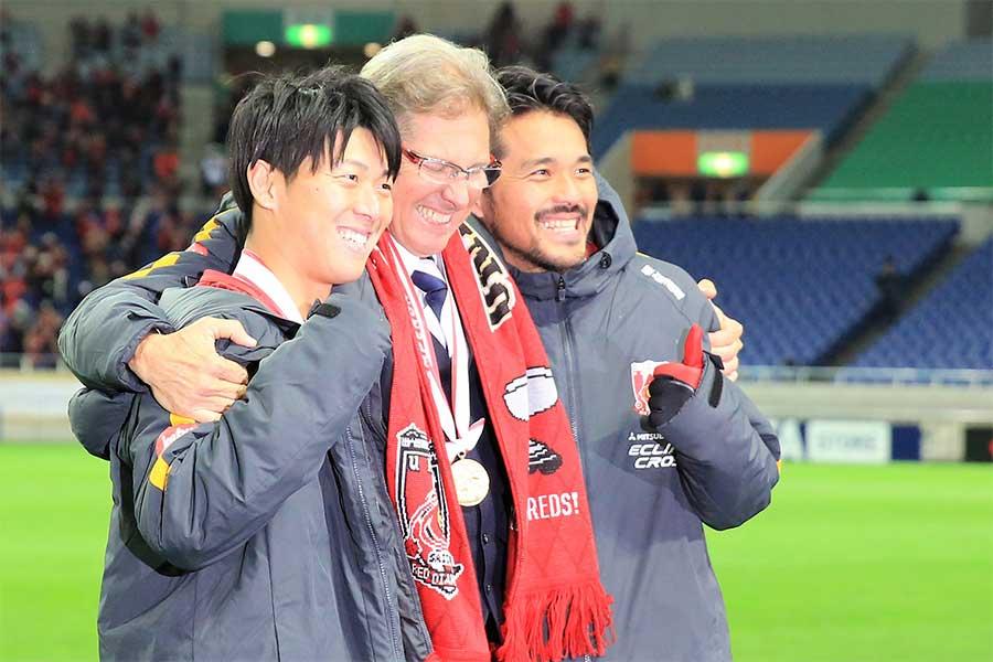 (左から)FW武藤雄樹、オリヴェイラ監督、FW興梠慎三【写真:Noriko NAGANO】