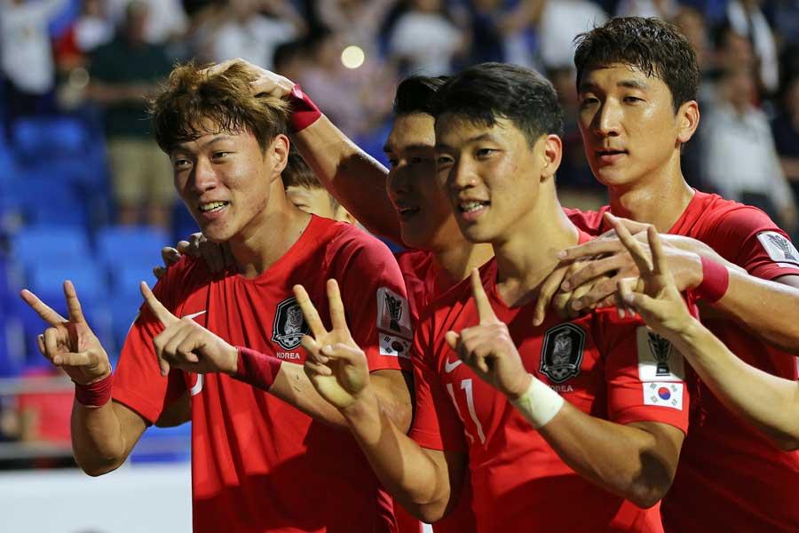 韓国代表は、FWファン・ウィジョ(一番左)のゴールで白星スタートを切った【写真:AP】
