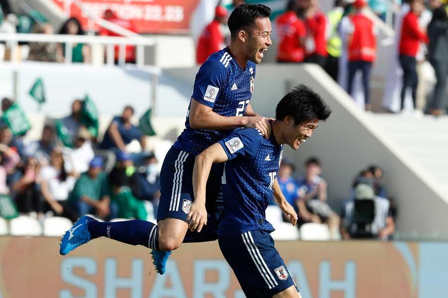 日本代表DF冨安(右)【写真:AP】