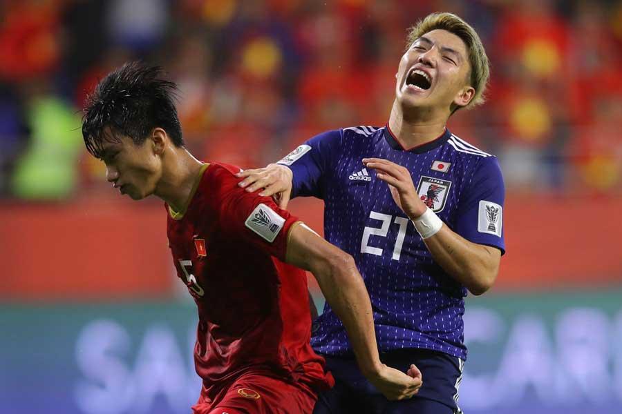 日本代表MF堂安(右)【写真:Getty Images】