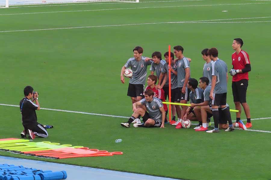 ピッチから引き上げる直前に選手らが揃って集合写真を撮影した【写真:Football ZONE web】
