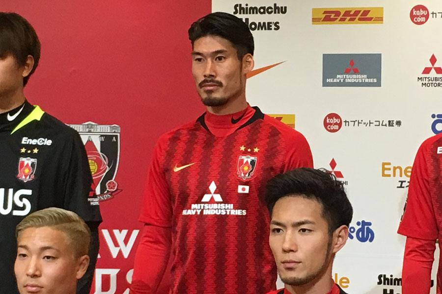 浦和レッズに加入したDF鈴木大輔(写真中央)【写真:Football ZONE web】
