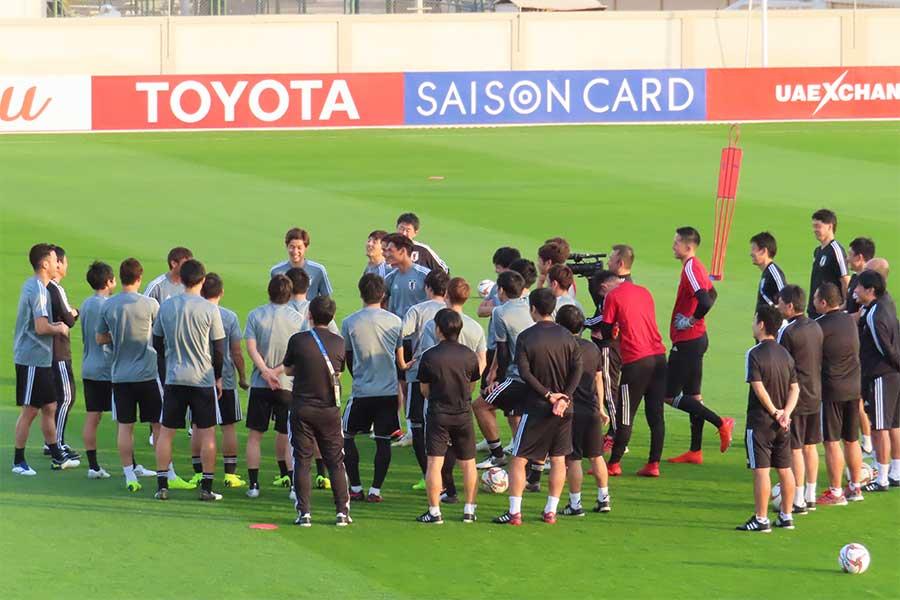 トレーニング場に思わぬ乱入者が現れ、選手たちが練習するピッチ脇で注目を集めた【写真:Football ZONE web】