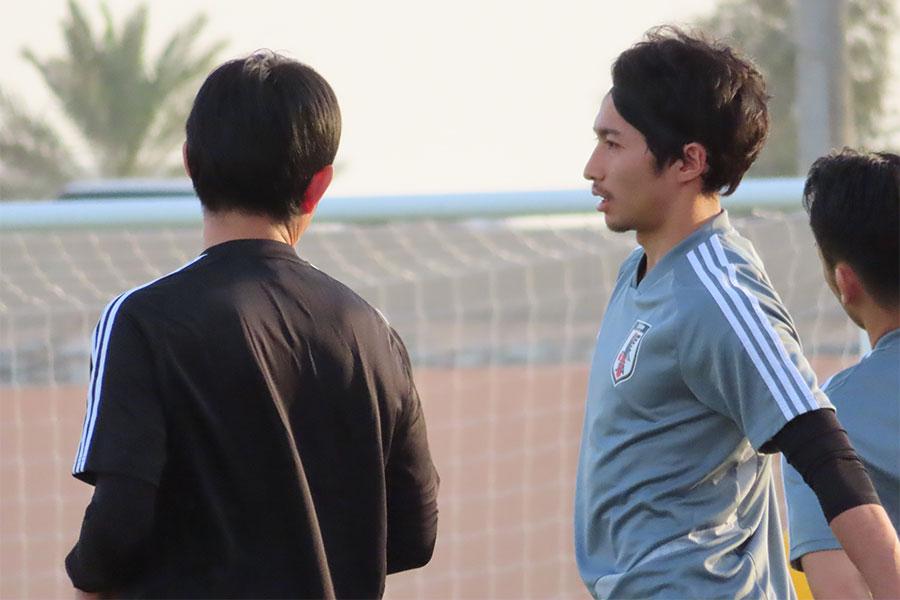 森保監督と会話する柴崎【写真:Football ZONE web】