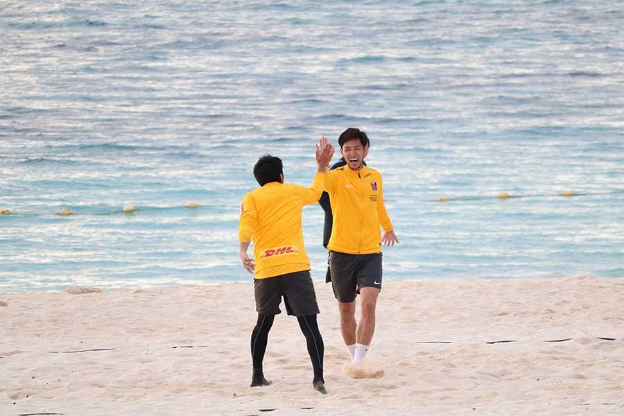サッカーバレーを楽しむ選手ら【写真:轡田哲朗】