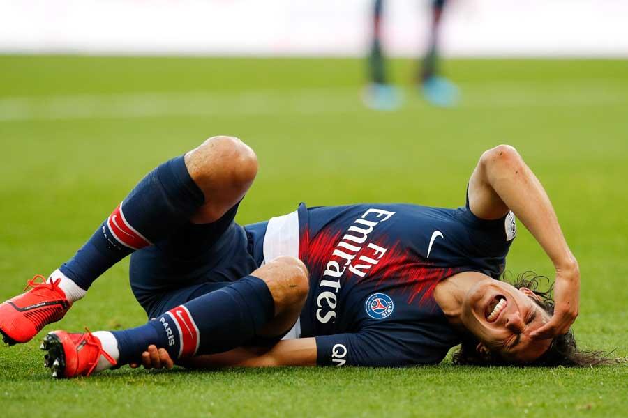 ボルドー戦で腰を負傷し、ピッチに倒れこむカバーニ【写真:AP】