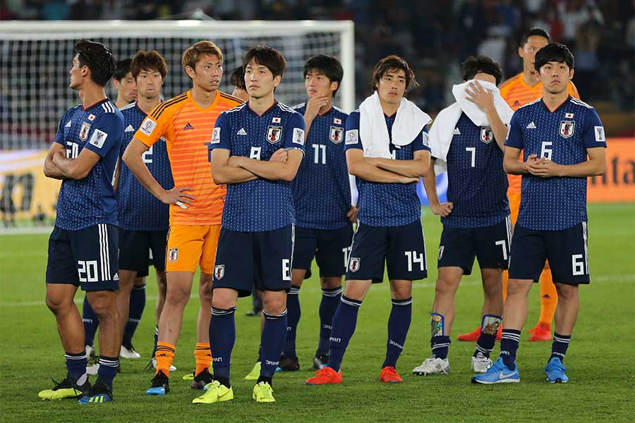 敗れた日本の選手たちはユニフォーム姿のままピッチ内で静観するだけの時間が20分近く流れた【写真:AP】