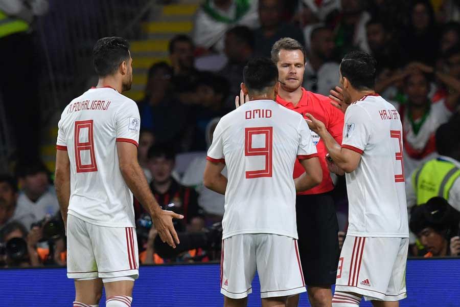 判定を巡ってイランの選手が審判に詰め寄るシーンがみられた【写真:©AFC 】