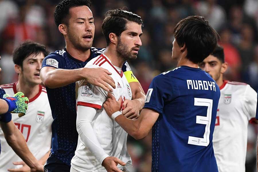 試合終盤に起こった乱闘騒ぎを制止するキャプテン吉田【写真:AP】