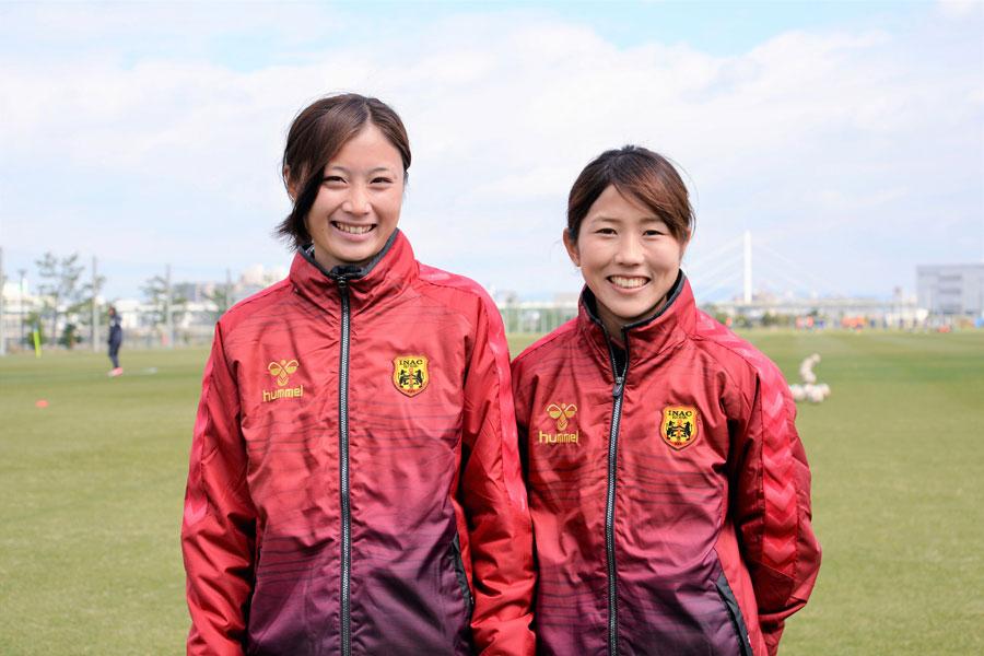 (左から)INAC神戸のMF吉田凪沙、MF八坂芽依【写真:井上智博】