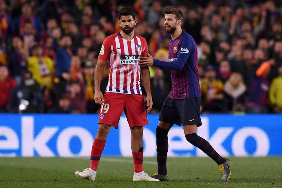 バルセロナ戦、前半28分で退場となったFWジエゴ・コスタ(左)【写真:Getty Images】