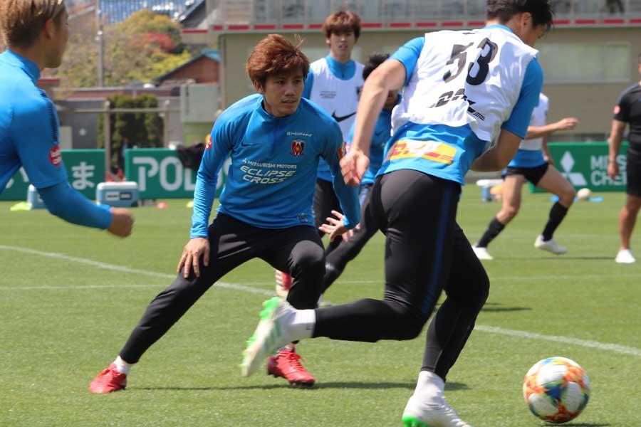 浦和MF柏木は、神戸MFイニエスタについて「意識はする」と話した【写真:轡田哲朗】