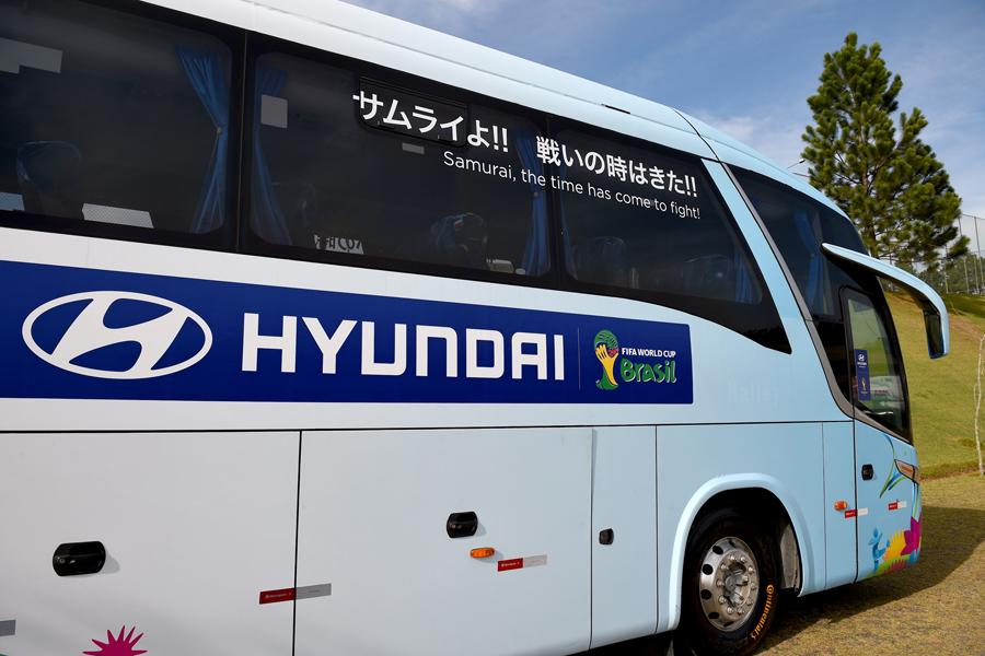 2014年ブラジルW杯でチームバスに描かれた日本のスローガン【写真:Getty Images】