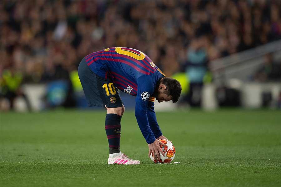 FKの場面でボールをセットするFWメッシ【写真:Getty Images】