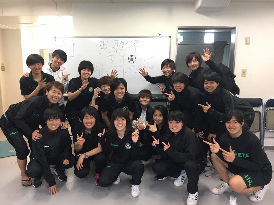 ベレーザのチームメートが小林の復帰を祝福した【写真提供:TOKYO VERDY】