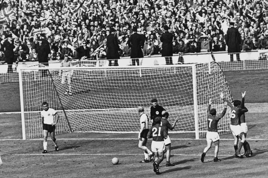 """1966年W杯決勝、主審はジェフ・ハーストの""""疑惑のゴール""""を認めた【写真:Getty Images】"""