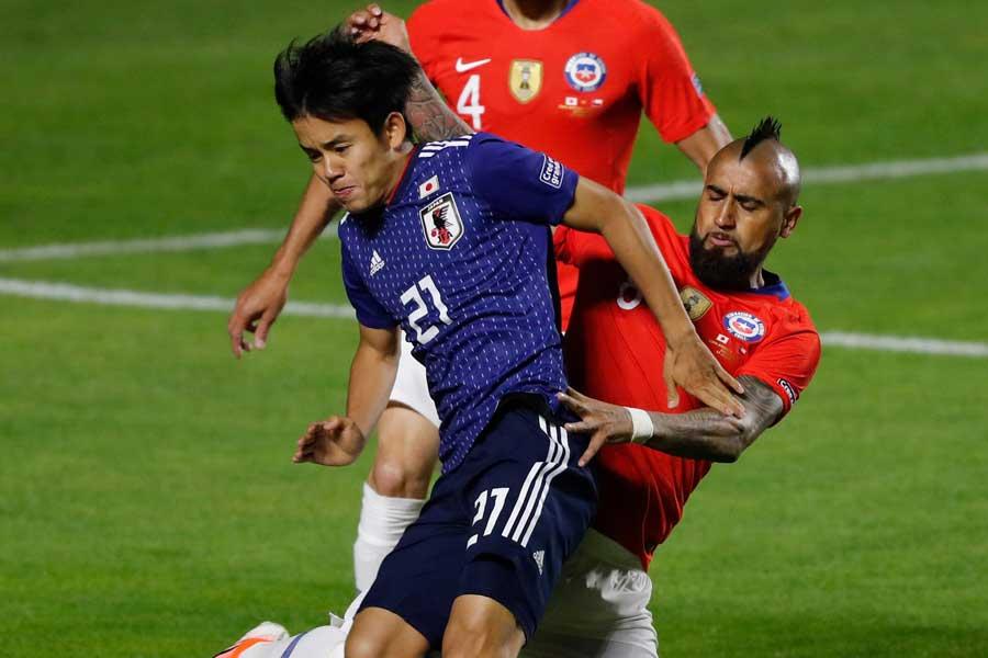 (左から)日本代表MF久保、チリ代表MFビダル【写真:AP】