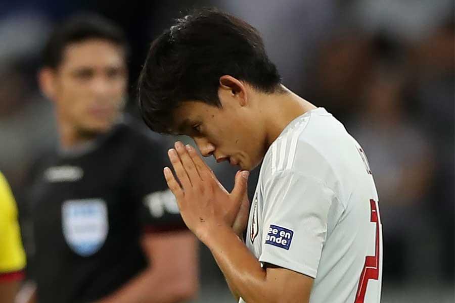 MF久保は祈るように両手を合わせていたが、結局判定は覆らず…【写真:AP】