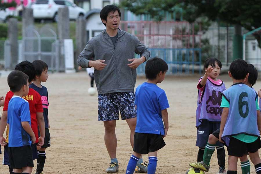 故郷・徳島県の母校である大松小を訪問した塩谷司【写真:Football ZONE web】