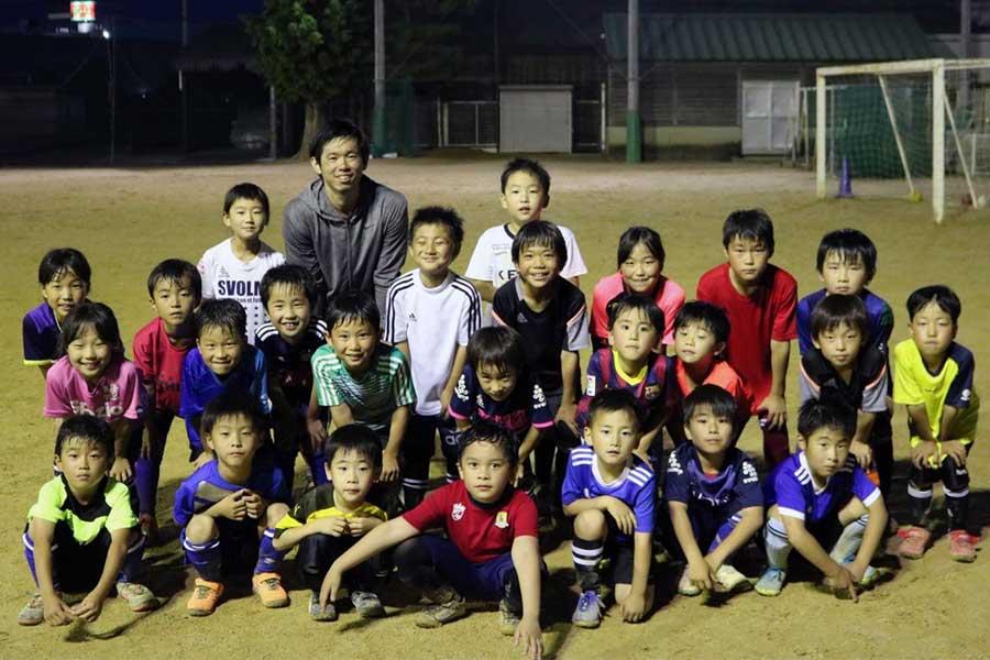 大松SCの子供たちにとって塩谷は、いつまでも憧れの存在であり続けるに違いない【写真提供:大松SC】