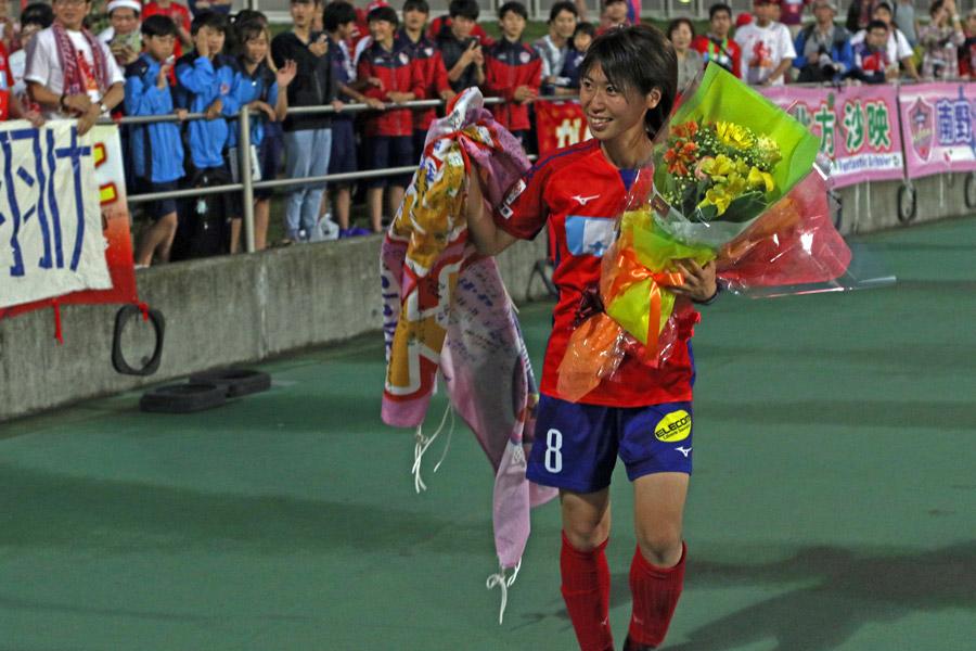壮行セレモニーでゴール裏のサポーターに挨拶をするMF田中陽子【写真:Football ZONE web】