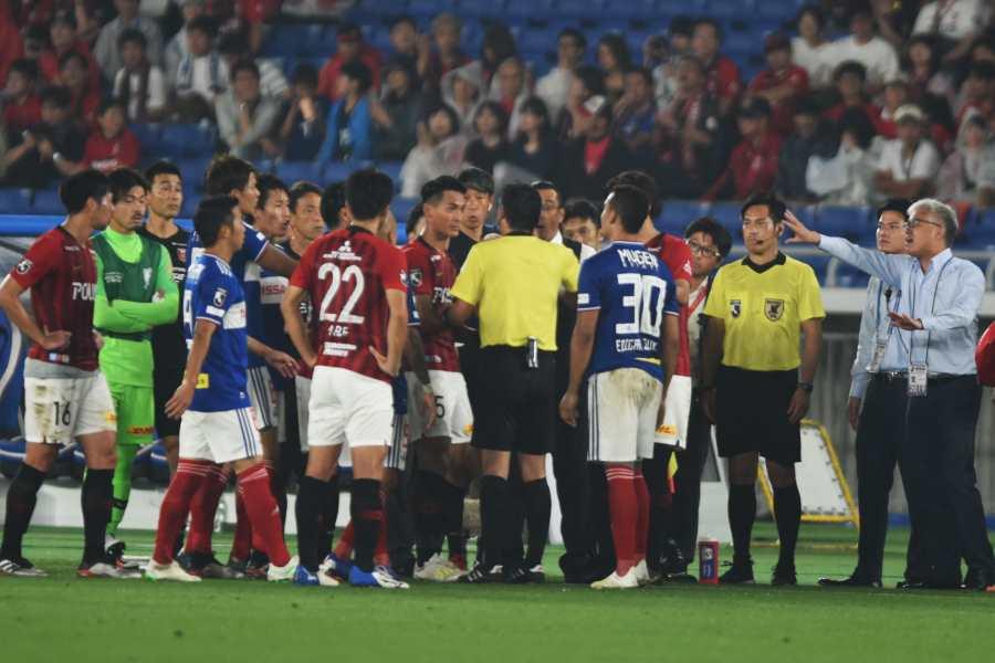 横浜FM×浦和の一戦は10分間の試合中断という異例の事態に【写真:Getty Images】