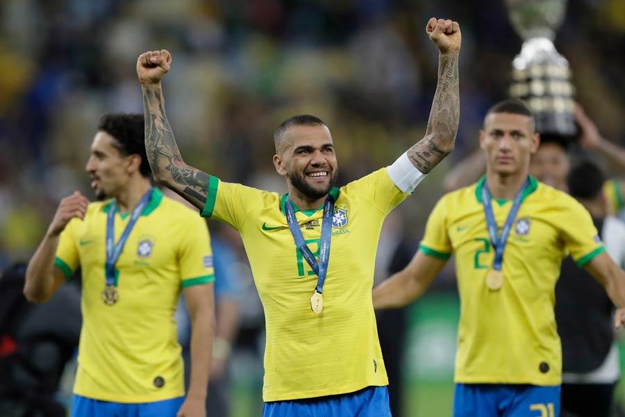 パリ・サンジェルマンを退団し、フリーとなっているブラジル代表DFアウベス【写真:AP】