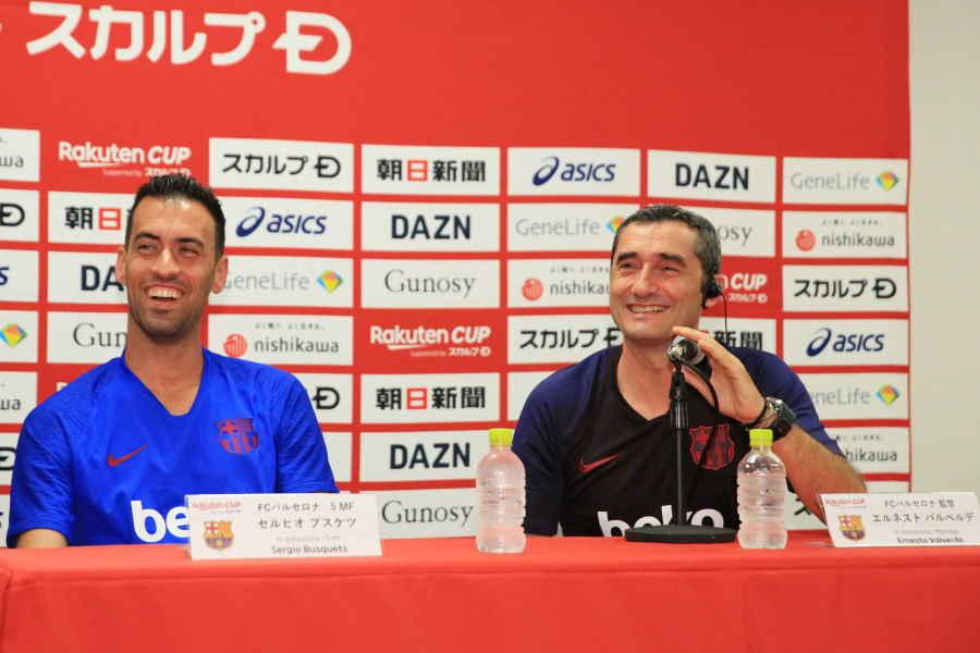 笑顔を見せるバルセロナのバルベルデ監督(右)【写真:Noriko NAGANO】