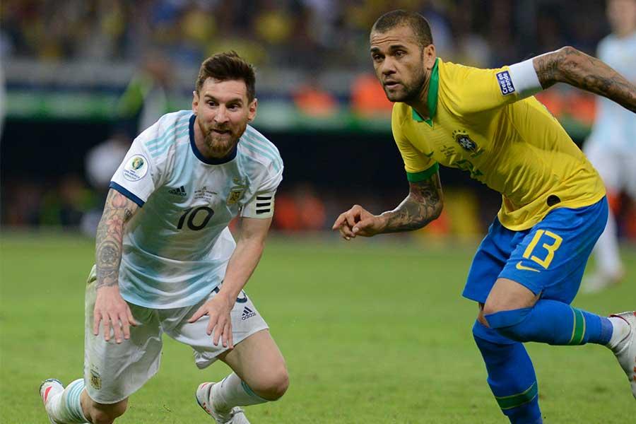 ブラジル代表DFアウベス(右)が不可解な判定に言及【写真:AP】