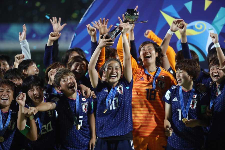 (右から2番目)U-20日本女子代表の19歳GKスタンボー華が脚光を浴びている【写真:Getty Images】