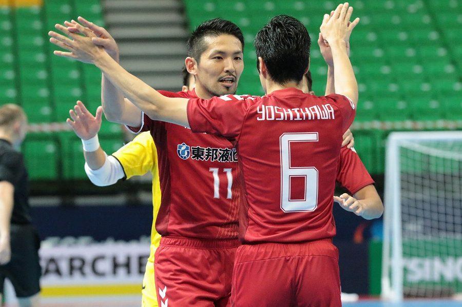 ゴールした名古屋オーシャンズ日本代表FP星翔太(左)と喜ぶ日本代表FP吉川智貴【写真:河合拓/Futsal X】