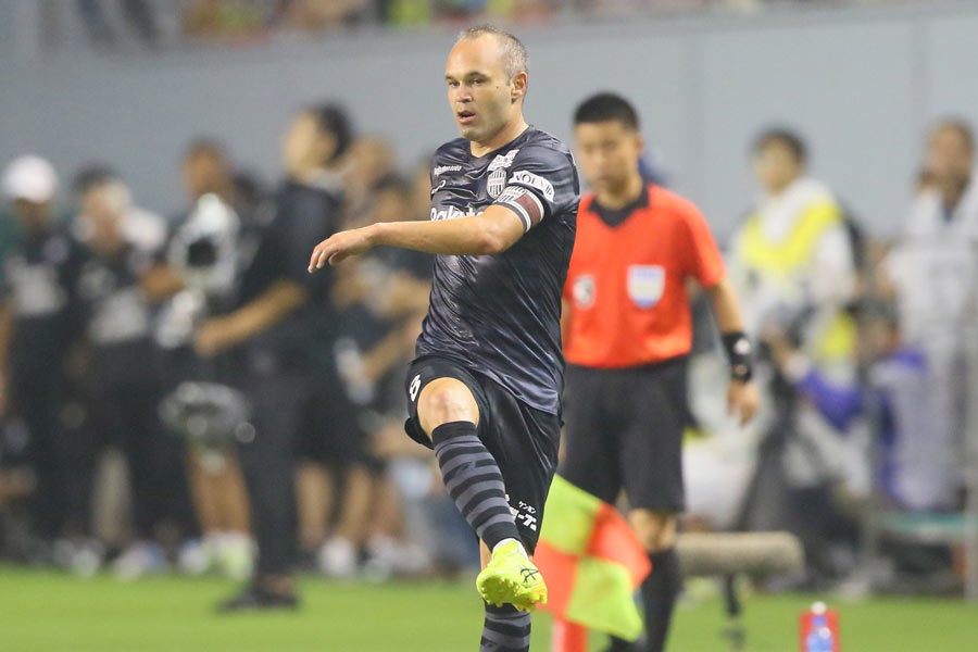 神戸MFイニエスタは華麗なロングパスで得点を演出【写真:安藤隆】