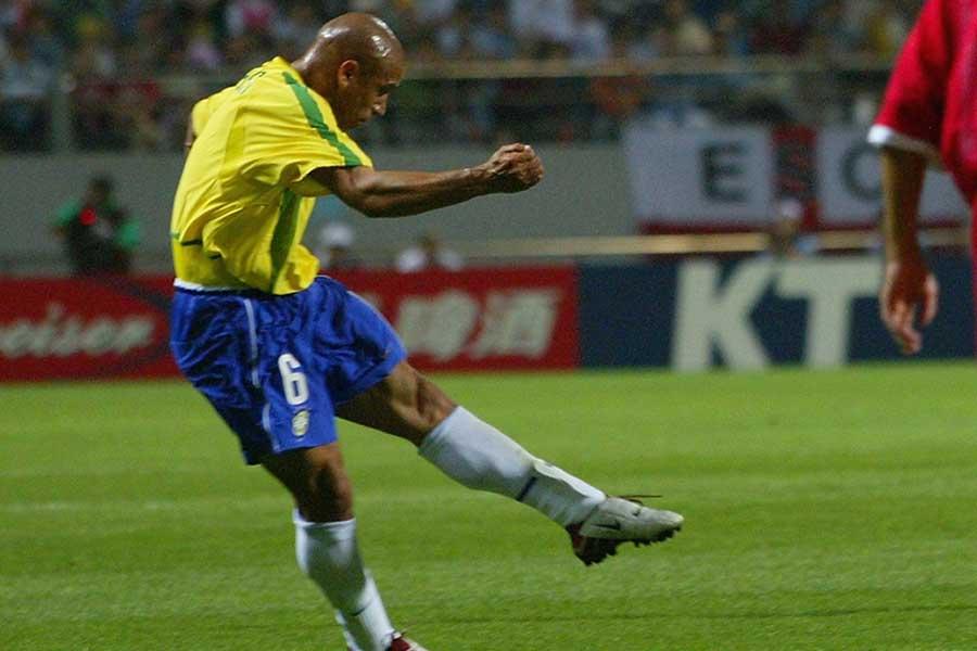 FIFA公式インスタグラムが、元ブラジル代表DFロベルト・カルロスがワールドカップで決めた一撃を回顧している【写真:Getty Images】