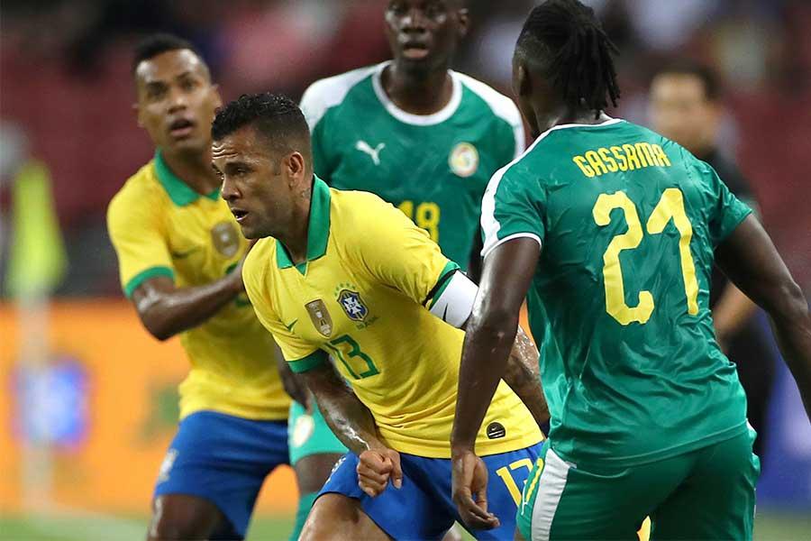 ブラジル代表アウベスの股抜きに反響【写真:Getty Images】