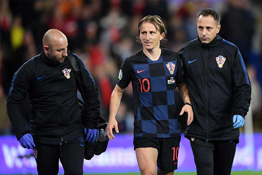 クロアチア代表MFモドリッチ(画面中央)がウェールズ戦で負傷【写真:Getty Images】