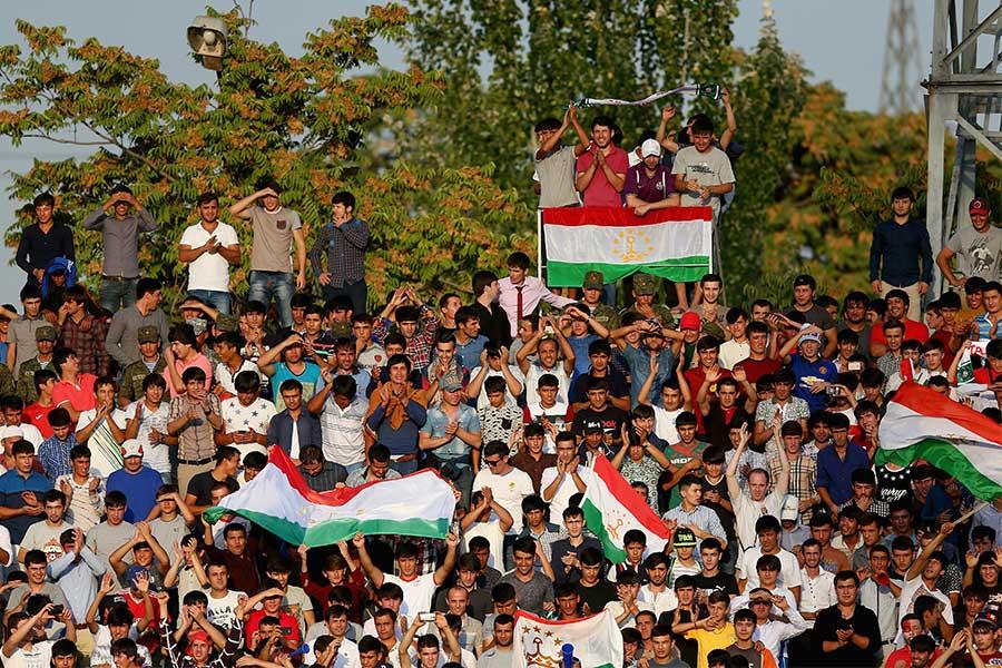 タジキスタン応援席はキックオフ2時間前の段階で早くもボルテージが上がっている【写真:Getty Images】