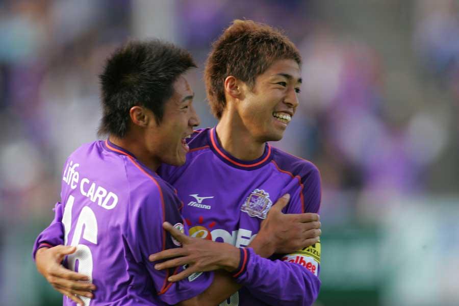 MF李漢宰(左)とMF森崎和幸(右)は、2001年から9シーズンにわたってプレーした【写真:ⒸSANFRECCE HIROSHIMA】