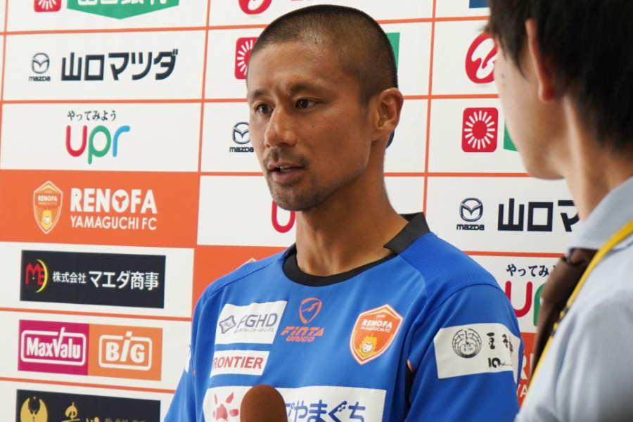 引退を表明した翌日、報道陣の取材に応じた【写真:上田真之介】